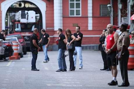 Agentes da Polícia e do Ministério Público do Rio de Janeiro (MPRJ) realizam uma operação para prender 38 pessoas, das quais 35 são bombeiros suspeitos de receber propina para conceder licenças a estabelecimentos comerciais, no Rio de Janeiro (RJ)