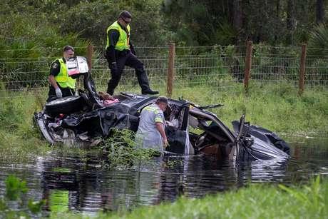 Policiais revistam carro destruído pelo furacão Irma em North Port, na Flórida