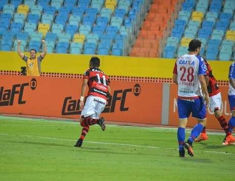 Luiz Fernando comemora o gol que anotou pelo Atlético-GO