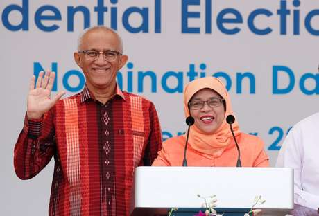 Nova presidente de Cingapura, Halimah Yacob, e seu marido, Mohammed Abdullah Alhabshee, durante pronunciamento 13/09/2017 REUTERS/Edgar Su