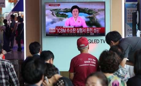 Pessoas assistem reportagem sobre teste de bomba de hidrogênio da Coreia do Norte, em estação de trem em Seul, Coreia do Sul 03/09/2017 Han Jong-Chan/Yonhap/via REUTERS
