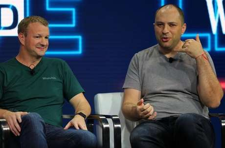 Brian Acton (E) e Jan Koum co-fundadores do Whatsapp, durante conferência em Laguna Beach, Estados Unidos 25/10/2016 REUTERS/Mike Blake