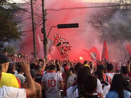 Torcida do São Paulo tem apoiado os jogadores (Foto: Rubens Chiri)