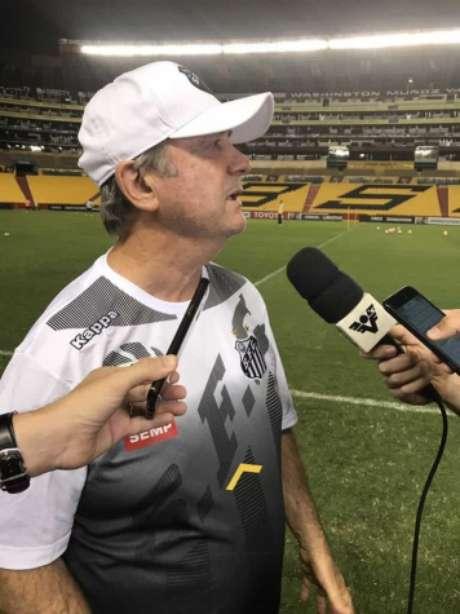 Levir concede entrevista no gramado de estádio em Guayaquil (FOTO: Russel Dias)