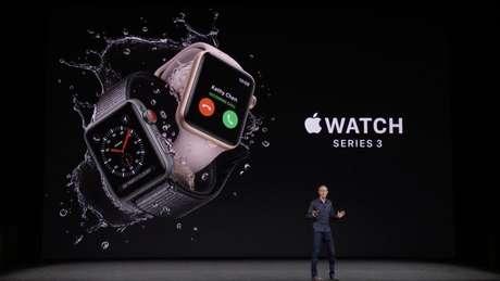 Apple Watch exibido num telão durante laçamento de novos produtos da empresa