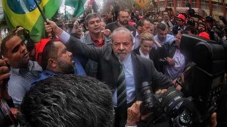 Lula chegou à Curitiba para o primeiro depoimento a Moro, em maio, abraçado por manifestantes | Foto: Filipe Araujo