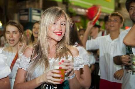 Turista posa para foto em outubro de 2012 durante a Oktoberfest de Blumenau, SC.