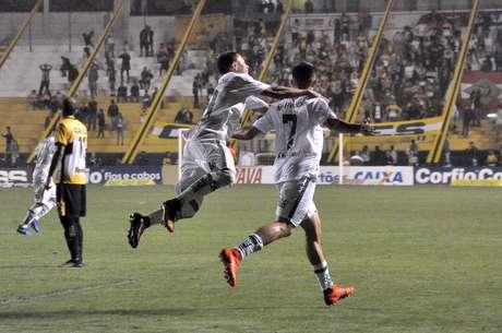 Lucas comemora um dos dois gols que marcou na vitória do Juventude sobre o Criciúma, em Santa Catarina
