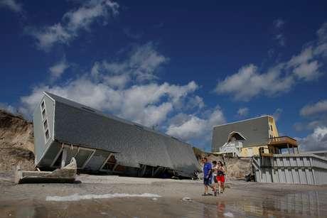 Casa foi deslocada pela força dos ventos em Vilano Beach, na Flórida