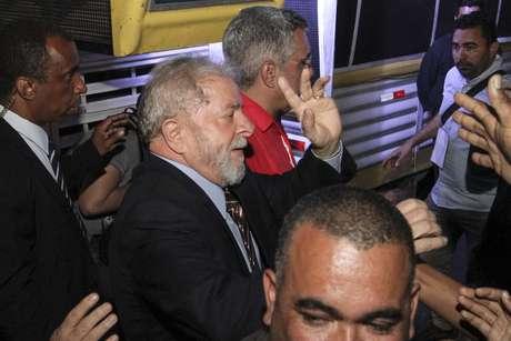 Lula acena na chegada à Praça Generoso Marques, no centro da capital paranaense