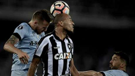 O atacante Roger tentou, mas não conseguiu marcar gols pelo Botafogo: empate sem gols (Jorge Rodrigues/Eleven)