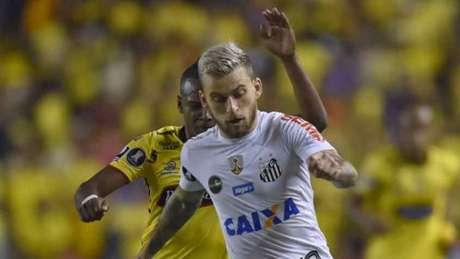 Lucas Lima sentiu a coxa direita, foi substituído e vira dúvida para o jogo de volta, na Vila Belmiro (Foto: AFP)