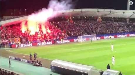 Torcida do Spartak antes de lançar o sinalizador na direção do árbitro (Foto: Reprodução/Twitter)