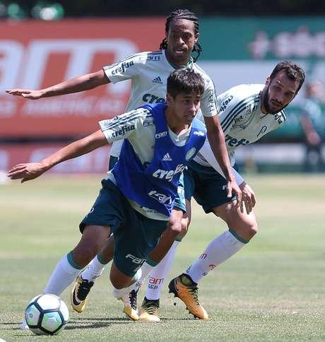 Keno e Edu Dracena participam de lance no treino do Palmeiras