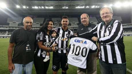 Rodrigo Lindoso foi homenageado pela centésima partida com a camisa do Botafogo (Vitor Silva/SSPress/Botafogo)