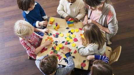 Crianças brincando com blocos em sala de aula