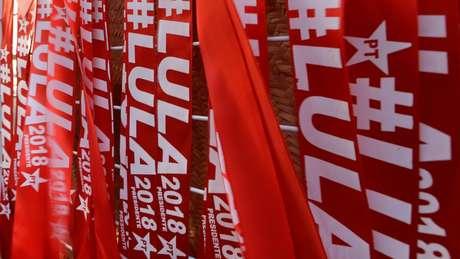 Faixas com o nome de Lula durante comício em Curitiba no último dia 13
