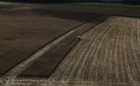 Trator colhe trigo em plantação perto da cidade de Uruara, no Estado do Pará, Brasil 23/04/2013 REUTERS/Nacho Doce