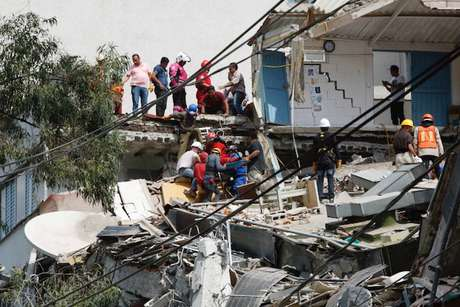 Pessoas ajudam vítima de terremoto na Cidade do México  19/9/2017    REUTERS/Carlos Jasso