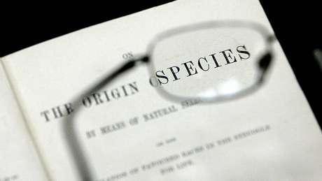 """Capa do livro """"A Origem das Espécies"""", de Charles Darwin"""