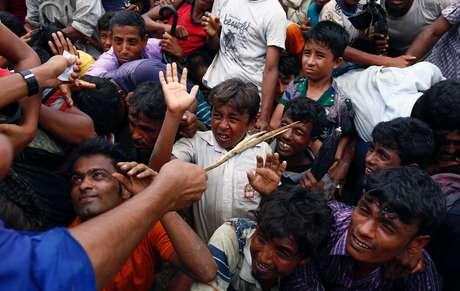 Voluntário tenta controlar refugiados rohingyas em Cox's Bazar, Bangladesh    20/9/2017    REUTERS/Danish Siddiqui