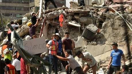 Equipes de resgate e moradores da Cidade do México pedem silêncio para encontrar possíveis vítimas soterradas nos escombros