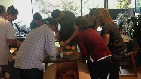 Grupo se mobilizou para fazer sanduíches para alimentar voluntários   Foto: Arquivo Pessoal