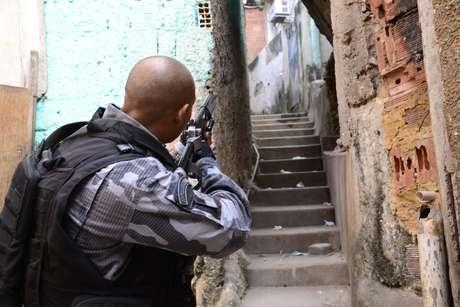 Policias do batalhão de choque realizam operação no Morro dos Macacos no Rio de Janeiro, nesta terça feira, 19.