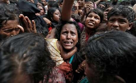 Mulher reage enquanto refugiados rohingya recebem ajuda humanitária em Cox's Bazar, Bangladesh 21/09/2017 REUTERS/Cathal McNaughton