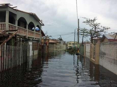 Rua alagada em Catano, ao sul de Porto Rico, após passagem do furacão Maria  21/9/2017    REUTERS/Dave Graham