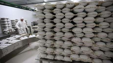 Funcionário trabalha em fábrica de ovos de páscoa em preparação ao feriado de Páscoa em São Paulo, Brasil 26/02/2015 REUTERS/Paulo Whitaker