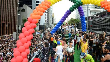 """A Parada Gay de 2017 em São Paulo teve como tema """"estado laico"""" Foto: Agência Brasil"""