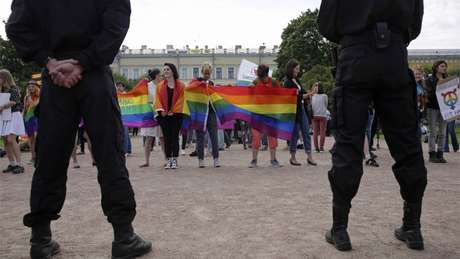 Policiais observam parada gay em São Petesburgo este ano Foto: Reuters
