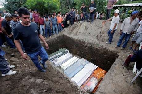 Entre os mortos, estão a bebê que ia ser batizada, sua irmã de três anos, sua mãe e seus padrinho
