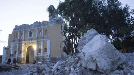 O abalo sísmico derrubou a cúpula da igreja do Apóstolo Santiago em Atzala, Puebla. Crédito: EPA/Francisco Guasco