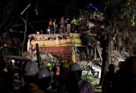Equipes de resgate trabalham nos escombros de prédio residencial no México
