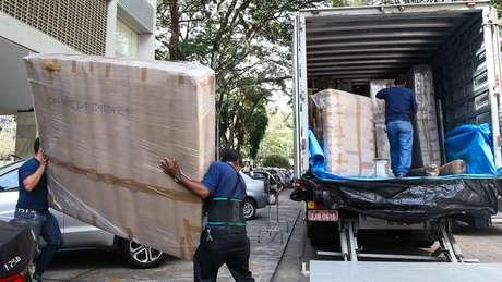 Pertences do ex-deputado Eduardo Cunha sendo retirados de apartamento funcional em 2016; troca de ocupantes significa, também, troca de alguns móveis (Foto: Antonio Cruz/ Agência Brasil)