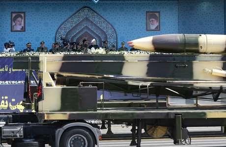 Mísseis iranianos são demonstrados durante parada militar