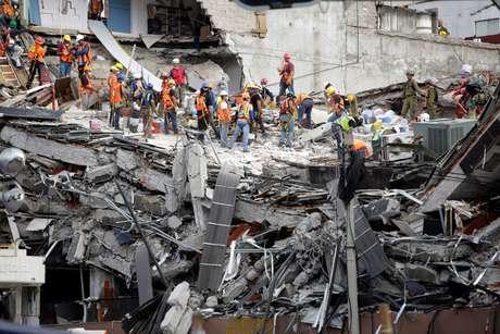 Equipes de resgate trabalham nas buscas por sobreviventes em prédio que desabou na Cidade do México após terremoto