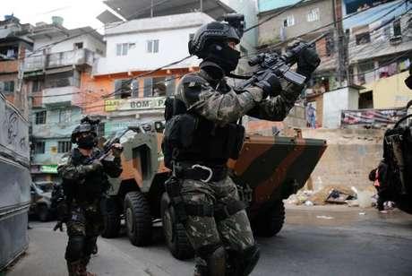 Forças Armadas combatem o tráfico de drogas na favela da Rocinha, no Rio