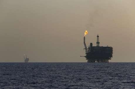 Petróleo tem queda após chegar em máxima de meses