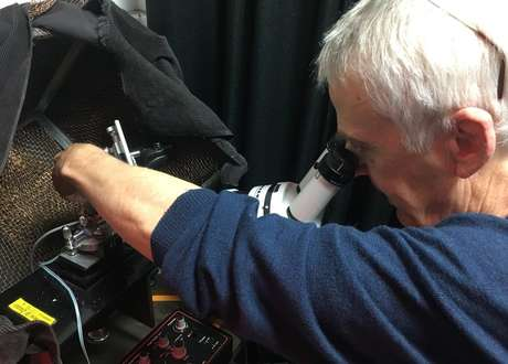 O professor Roger Hardie estudando a estrutura dos olhos das moscas