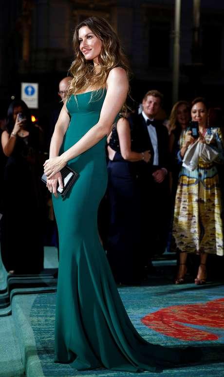 Gisele Bündchen com vestido verde feito de viscose sustentável