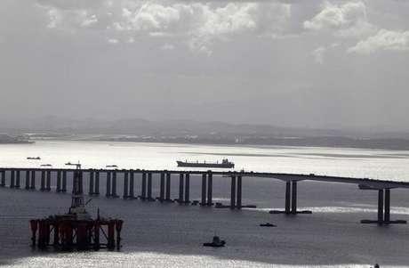 Visão aérea de plataforma de petróleo perto da ponte Rio-Niterói, no Rio de Janeiro 08/04/2010 REUTERS/Sergio Moraes