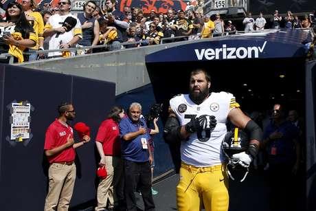 Alejandro Villanueva se apresentou sozinho no momento do hino nacional dos EUA em partida da NFL, quando seus colegas de time, como forma de protesto contra Donald Trump, permaneceram no vestiário.