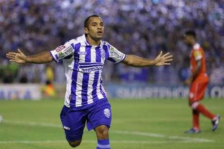 Edinho comemora o gol que marcou e que deu a vitória ao CSA