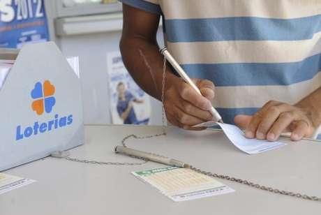 Os apostadores poderão fazer seus jogos até as 19h (de Brasília) em qualquer agência lotérica do país. A aposta mínima custa R$ 3,50
