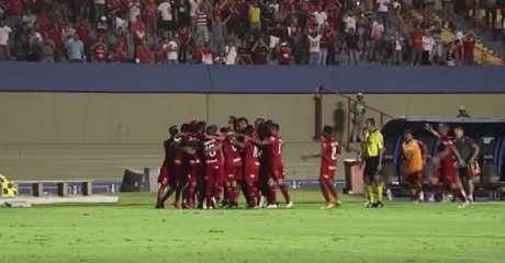Jogadores do Vila Nova comemoram o gol de pênalti marcado por Alan Mineiro, na vitória de 3 a 0 sobre o CRB