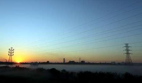 Linhas de transmissão de energia em Caçapava, no Brasil 14/08/2015 REUTERS/Paulo Whitaker