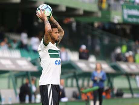 Léo revela estratégia do Coritiba contra o Bahia: 'Tem que jogar fechadinho'